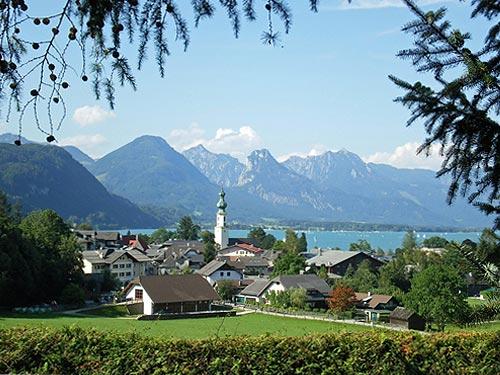 Общий вид местности, где находится детский лагерь в Австрии St. Gilgen International School
