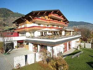 Основное здание шале, где проходят занятия в детском лагере Австрии Zell am See
