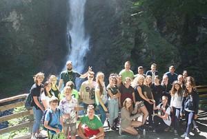 Общая фото учеников на фоне водопада, прогулка группы в языковом лагере Австрии American International School Salzburg, фото 1