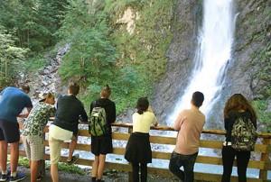 Фото учеников на фоне водопада, прогулка группы в языковом лагере Австрии American International School Salzburg, фото 2