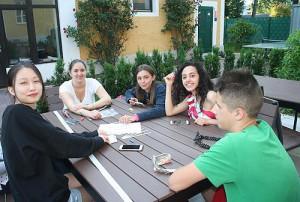 Ученики на территории летнего лагеря Австрии American International School Salzburg