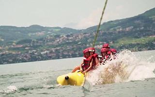 Катание на бананах по озеру в лагере Швейцарии