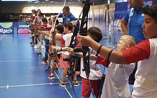 Не все детские летние лагеря Швейцарии профессионально обучают стрельбе из лука