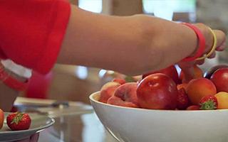 В школе всегда свежие и вкусные фрукты
