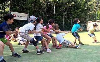 Спортивная игра перетягивание каната Летняя школа в Италии Alphabet day summer school in Italy
