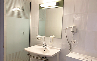 Туалет и душевая кабина в каждой отдельной комнате в летнем лагере в Швейцарии  FriLingue Leysin