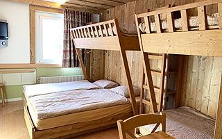 Дизайнерское решение по мебели для проживания из натурального дерева в летнем лагере в Швейцарии  FriLingue Leysin
