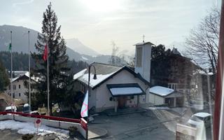 Вид из окна на Альпы из комнаты для проживания в летнем лагере в Швейцарии  FriLingue Leysin